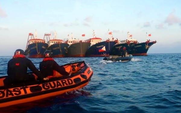 ベトナムも領有権を主張する南沙諸島の海域で並んで停泊する中国船(4月)=フィリピン沿岸警備隊提供・ロイター