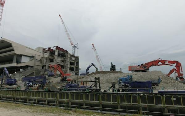 多くの重機で作業。6月中には旧スタンドの解体終了