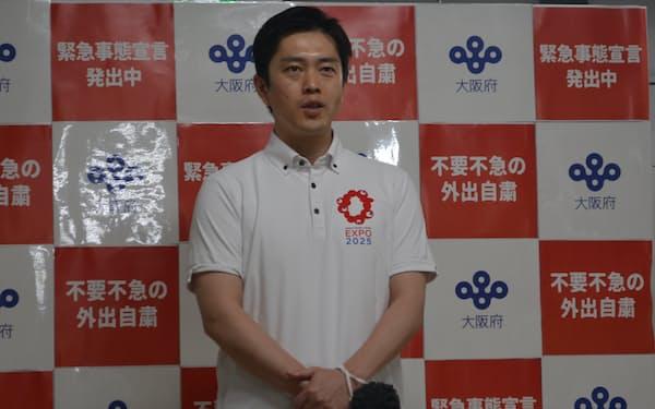 記者団の取材に応じる吉村知事(15日、大阪府庁)