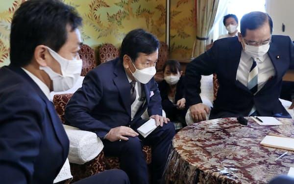 国会内で会談を終えた立民の枝野代表、国民民主の玉木雄一郎代表㊧、共産の志位委員長㊨(10日、国会内)