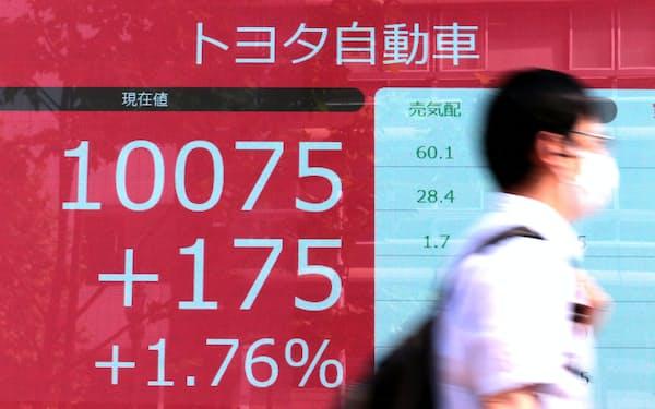 1万円を超えて、取引を終えたトヨタ自動車の株価(15日午後、東京都中央区)
