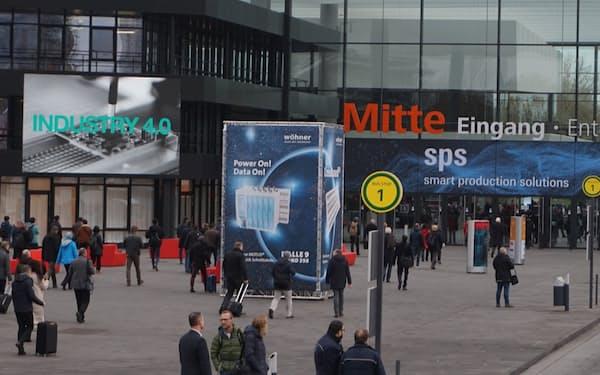 ドイツ・ニュルンベルクで2019年に開催された産業用制御システムの展示会の入り口に映し出された「INDUSTRY 4.0」の文字(出所:日経クロステック)