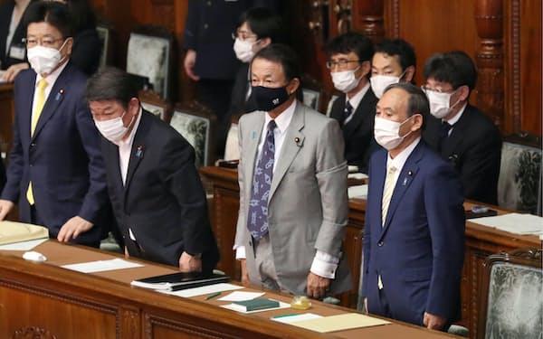 衆院本会議で内閣不信任決議案が否決され、一礼する菅首相ら(15日)