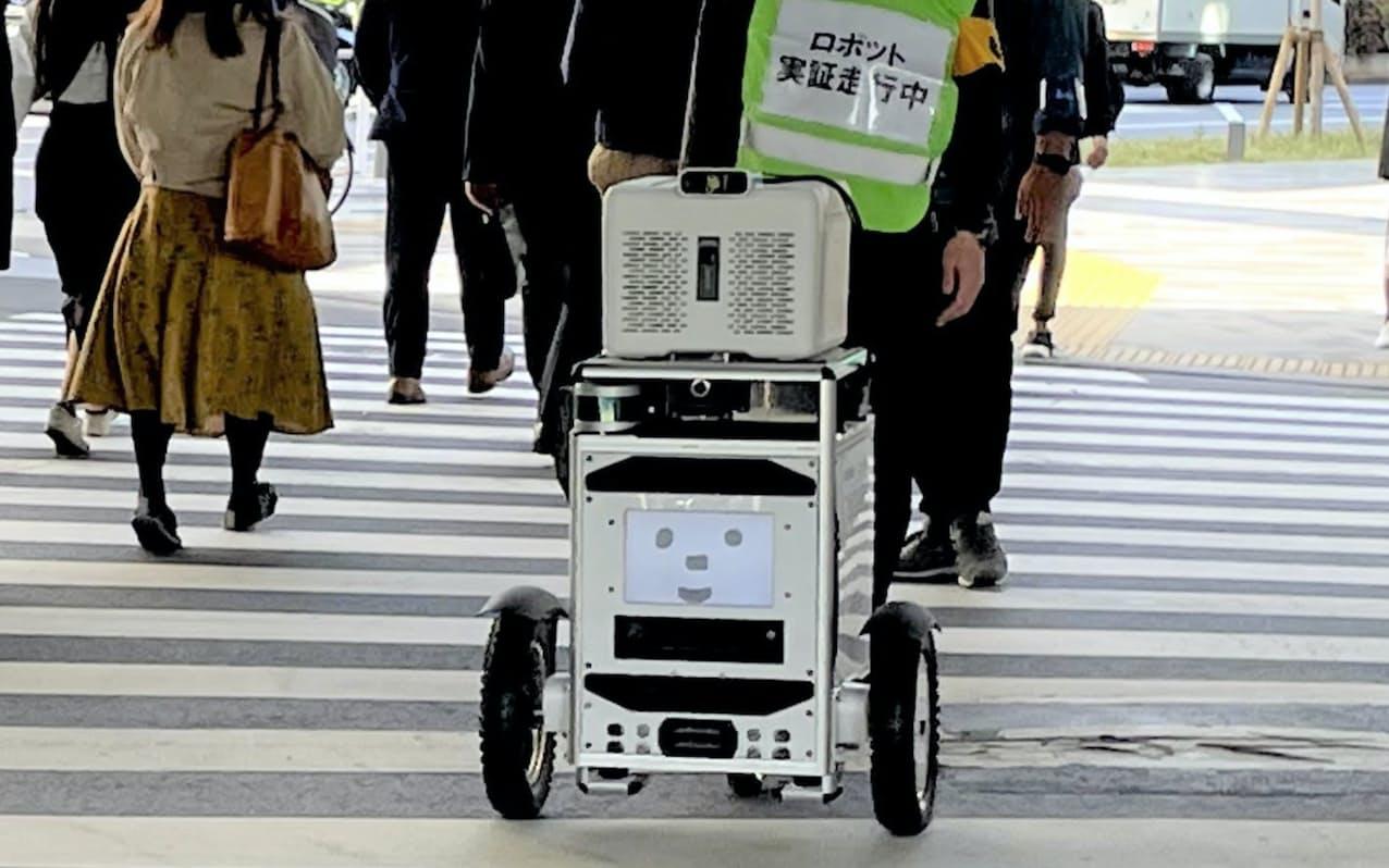 ソフトバンクと佐川急便は自動配送ロボットが信号機の情報を受信し、横断歩道を渡って荷物を配送する実証実験をした