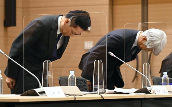 システム障害について謝罪するみずほFGの坂井社長(左)とみずほ銀行の藤原頭取(15日午後、東京・丸の内)