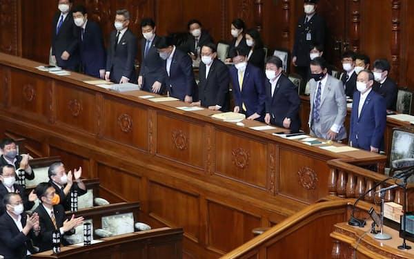 衆院本会議で内閣不信任決議案が否決され、一礼する菅内閣の閣僚(15日)