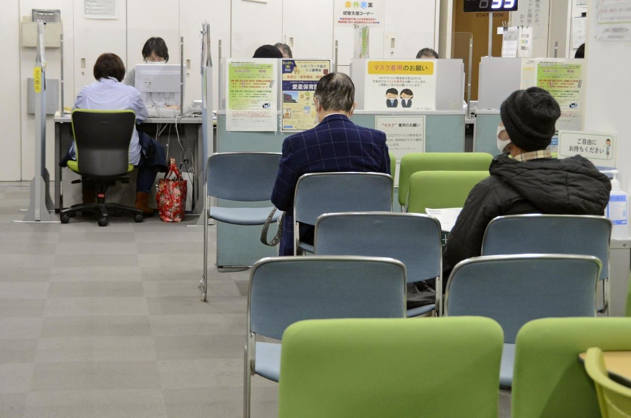 就職相談の順番を待つ人=東京都港区のハローワーク品川