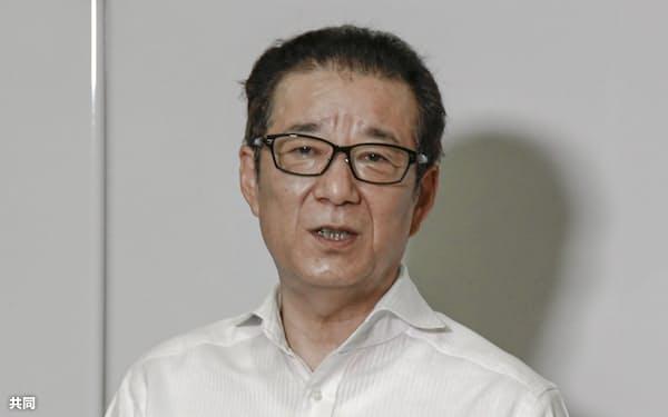 記者団の取材に応じる日本維新の会代表の松井一郎大阪市長(15日午後、大阪市役所)=共同