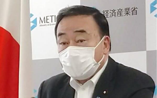 記者会見する梶山経産相(15日、経産省)=共同