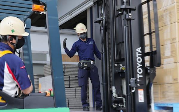 トラックに荷物を積み込む作業員ら(15日、愛知県清須市)