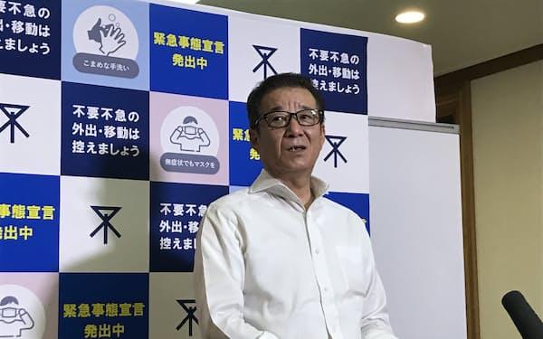記者団の取材に応じる松井一郎大阪市長(15日、大阪市役所)
