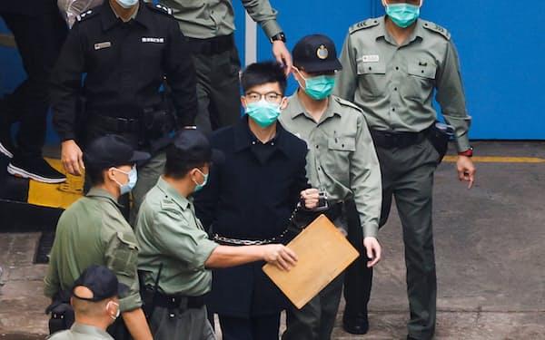この1年で黄之鋒氏㊥ら多くの民主派が収監された(3月、香港)=ロイター