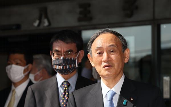 新型コロナウイルスワクチンの接種会場視察などを終えた菅首相。左は河野規制改革担当相(6月12日、東京都八王子市)