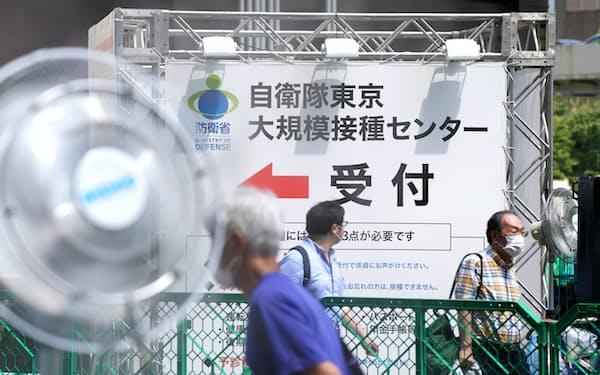 新型コロナウイルスワクチンの大規模接種センターに向かう高齢者(15日午前、東京・大手町)