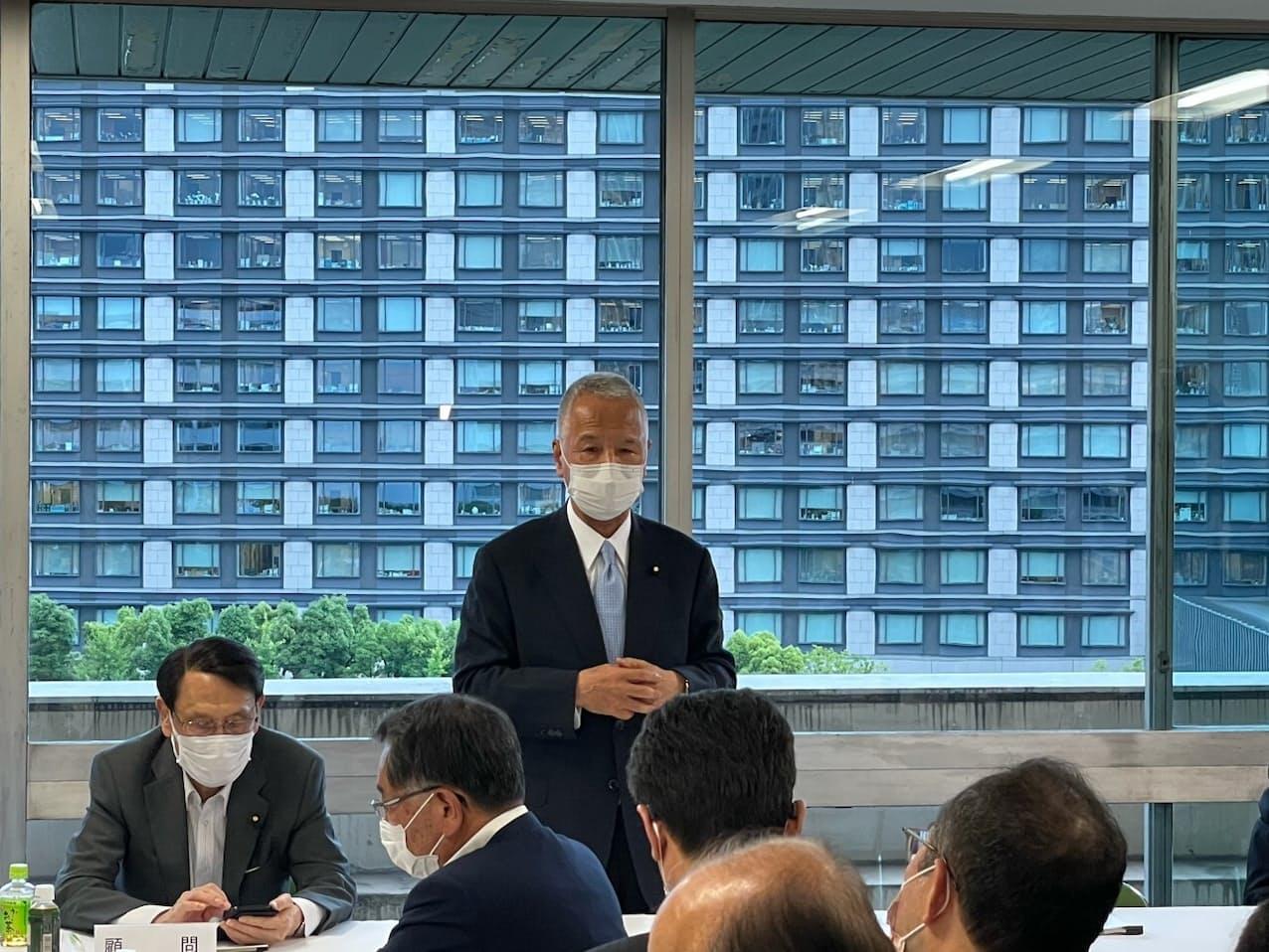 自民党の甘利氏は東芝を巡る政府対応に理解を示した(15日、党本部)