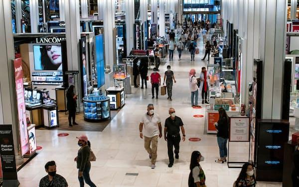 米ニューヨーク市の百貨店を訪れる消費者(2021年5月)=ロイター