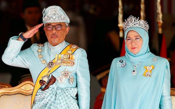 アブドラ国王(左)がマレーシア政治の方向性を事実上差配する場面が目立つ=ロイター