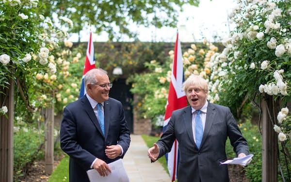 首脳会談に臨んだジョンソン英首相(右)とモリソン豪首相(15日、ロンドン)=ロイター