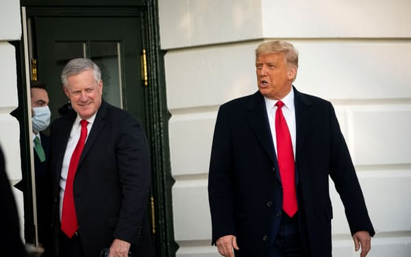 トランプ氏(右)と首席補佐官だったメドウズ氏(2020年10月、ホワイトハウス)=ロイター