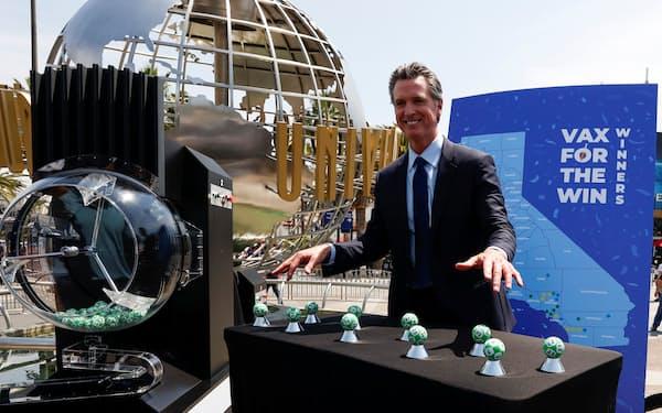 ユニバーサル・スタジオ・ハリウッド前で開いたイベントに出席したカリフォルニア州のニューサム知事(15日、ロサンゼルス)=ロイター