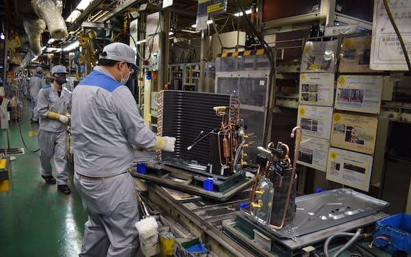 空調の熱交換器には冷媒が通る銅管などが使われている(滋賀県草津市、ダイキン工業の滋賀製作所)