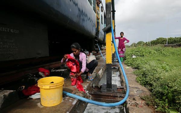 Urban Companyは担当者を自宅に派遣し、美容や清掃などのサービスを提供(写真はインドで洗濯中の女性)=ロイター