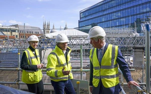 ロンドンの建設現場を視察するチャールズ英皇太子(右)。建設業の人手不足はロンドンが最も深刻だ=AP