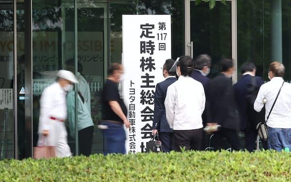 トヨタ自動車の株主総会が終わり、会場を後にする株主ら(16日、愛知県豊田市)