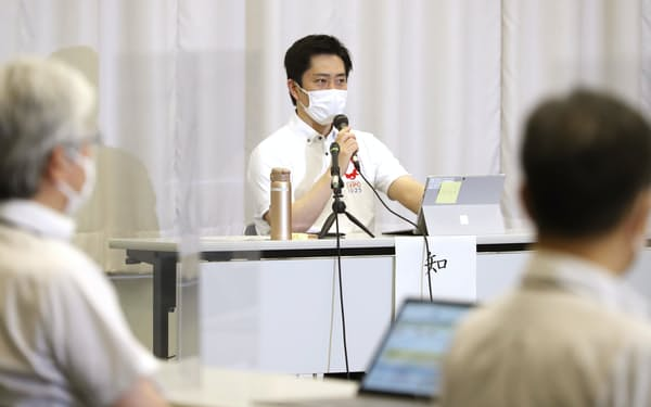 大阪府新型コロナウイルス対策本部会議で発言する吉村知事(16日午後、大阪市中央区)