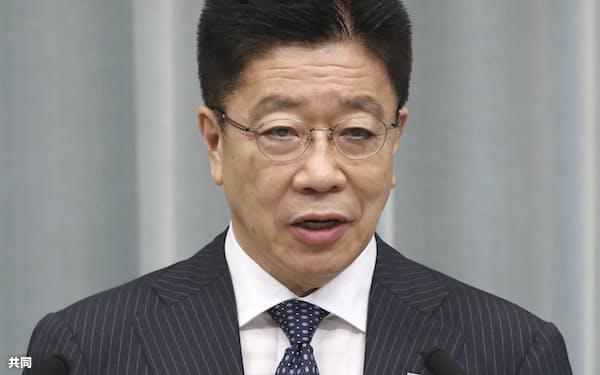 記者会見する加藤官房長官=16日、首相官邸(共同)