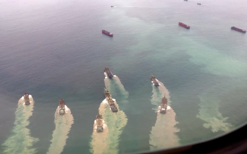 台湾・馬祖島沖を航行する中国の浚渫(しゅんせつ)船団(2020年9月)=AYA LIU ・ロイター