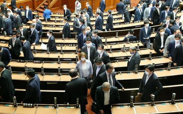 通常国会が閉幕し、本会議場を後にする衆院議員(16日)