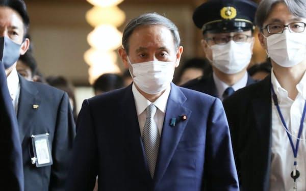 国会閉幕後、各党にあいさつ回りをする菅首相(16日、国会内)