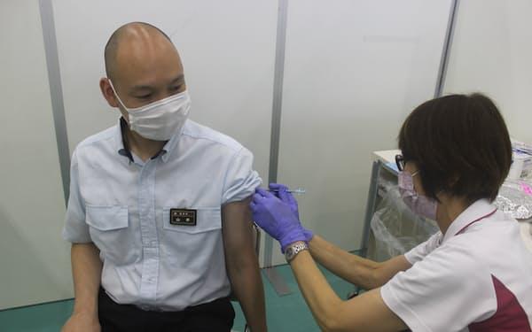 近鉄による新型コロナウイルスワクチンの職場接種のリハーサル(16日、奈良市)