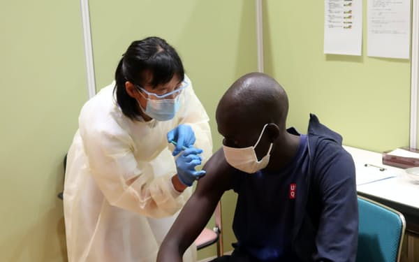 ワクチン接種する南スーダンのアブラハム選手(16日、前橋市)