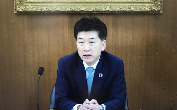 オンラインで記者会見に応じる全国地方銀行協会の柴田久会長(16日)