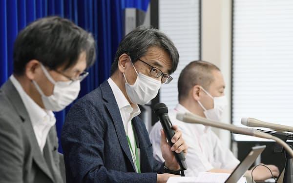 新型コロナウイルス感染症対策を助言する専門家組織の会合を終え、記者会見する座長の脇田隆字・国立感染症研究所長㊥(16日午後、厚労省)=共同