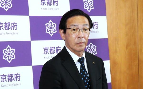記者団の取材に応じる京都府の西脇隆俊知事(16日、京都府庁)