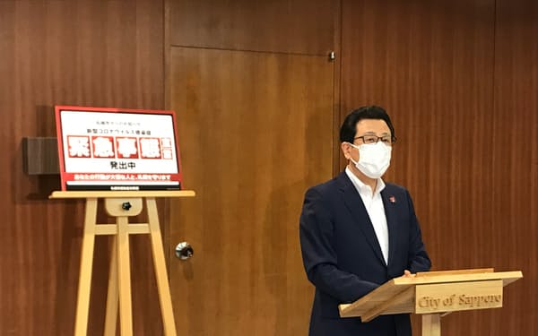 記者団の取材に応じる札幌市の秋元市長(16日、札幌市役所)