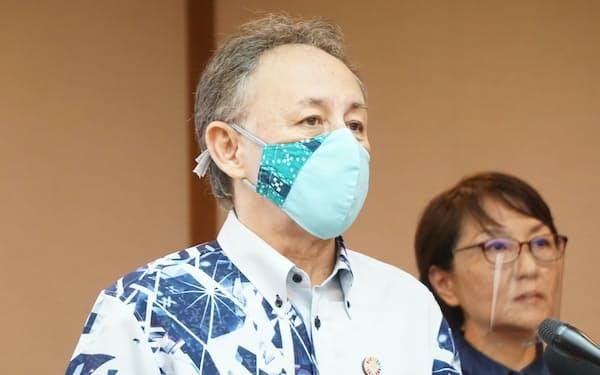 記者会見する、沖縄県の玉城知事(16日、県庁)