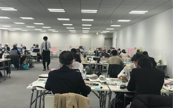 飲食店などからの協力金申請を審査する都庁職員ら(2021年3月)