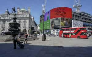 接種が進む英国では変異ウイルスの流行で再び感染者が増加している(14日、ロンドン)=AP
