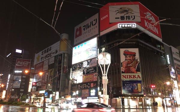 札幌市の繁華街すすきのに夜遅くまでネオンがともる日はまださきになりそうだ