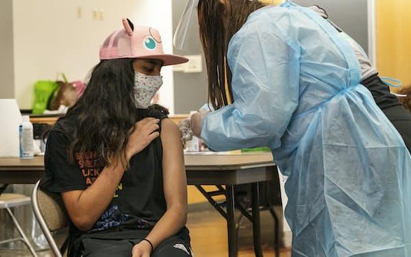 米カリフォルニア州でワクチンを接種する高校生=AP