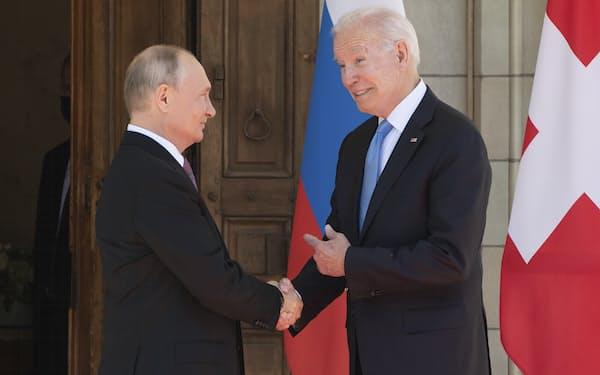 ジュネーブで会談に臨むバイデン氏(右)とプーチン氏=AP