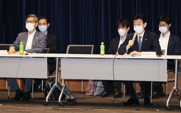 基本的対処方針分科会で発言する西村経済財政・再生相(右から2人目)。左端は尾身会長(17日午前、東京都千代田区)