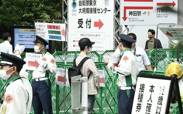 18歳以上がワクチン接種の対象となった大規模接種センター(17日午前、東京・大手町)