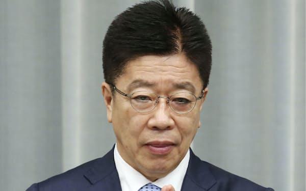 記者会見する加藤官房長官(17日午前、首相官邸)=共同