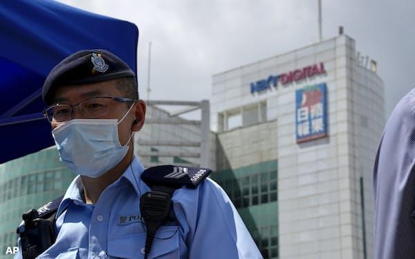 警察はアップル・デイリーの捜索で取材資料も押収した(17日、香港)=AP