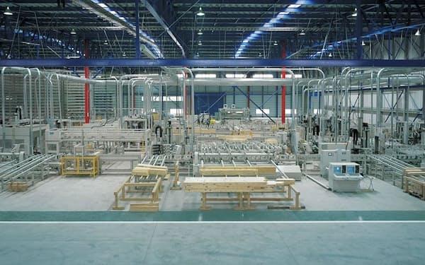 ポラテックは全国6カ所に工場を持つ。写真は茨城県坂東市にある坂東工場。10棟単位の木材を一度に木拾いできる「多棟木拾装置」をプレカット加工機に導入して、生産性を高めている(写真:ポラテック)